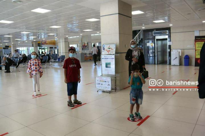 رعایت پروتکل های بهداشتی برای مقابله با کرونا توسط کودکان در فرودگاه ارومیه