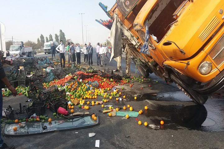 واژگونی کامیون حمل میوه جاده سنتو