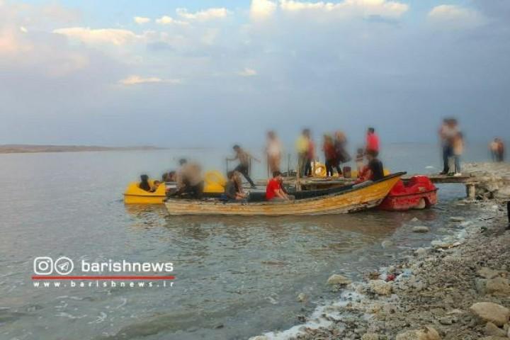 عدم رعایت فاصله اجتماعی در دریاچه ارومیه