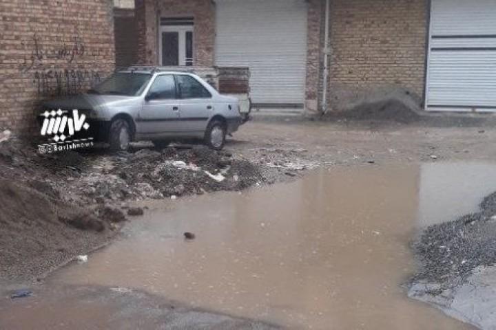 وضعیت نابسامان یکیاز کوچه های خیابان فتحی بعد از بارش باران