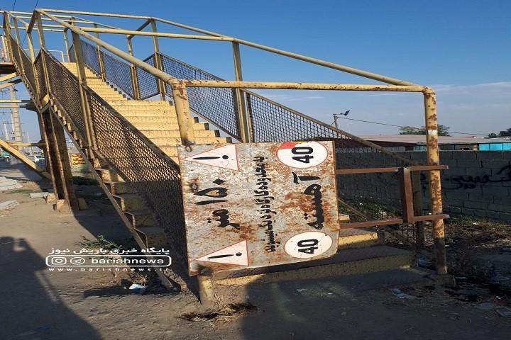 وضعیت پل هوایی روستای آغچه قلعه که از هر دوطرف با ورق های فلزی پلمپ شده است / نیازمند رسیدگی