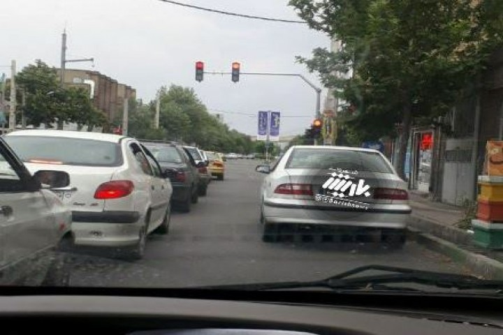 پارک نامناسب خودرو و ایجاد ترافیک در چهارراه