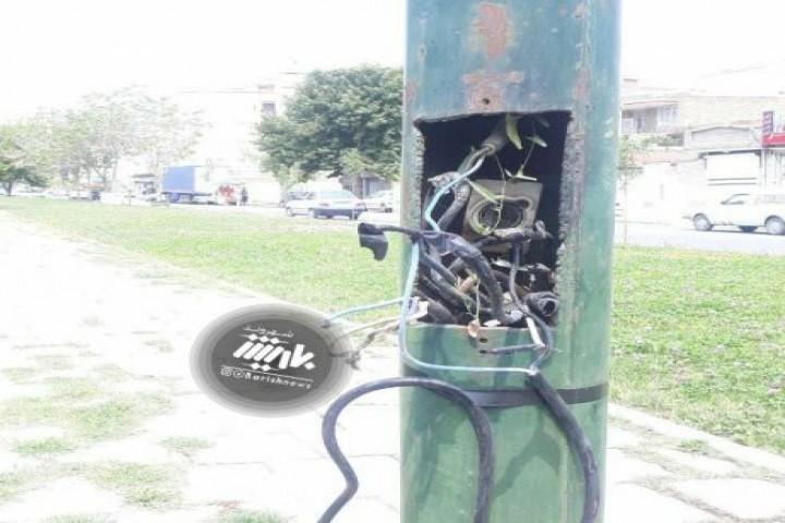 وضعیت تیر برق ها در خیابان سعدی که ممکن است خطرآفرین باشد