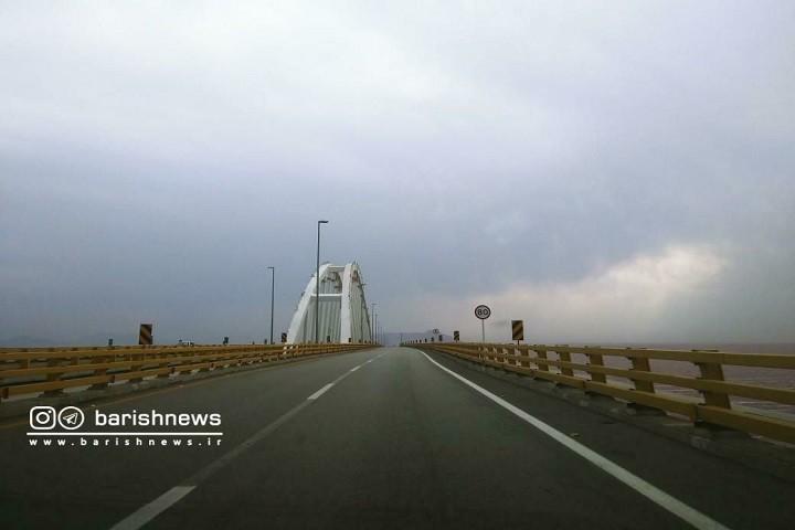 نمایی از پل میانگذر دریاچه ارومیه