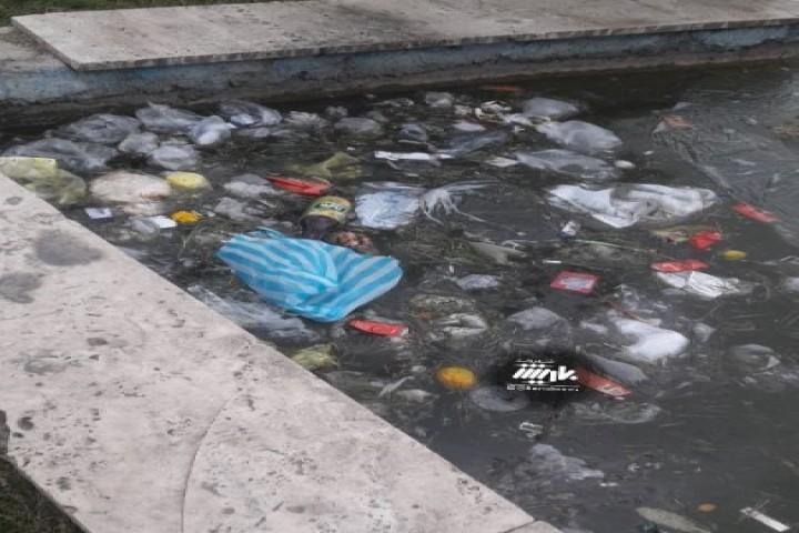 وضعیت نامناسب از داخل حوض مرکز شهر ارومیه