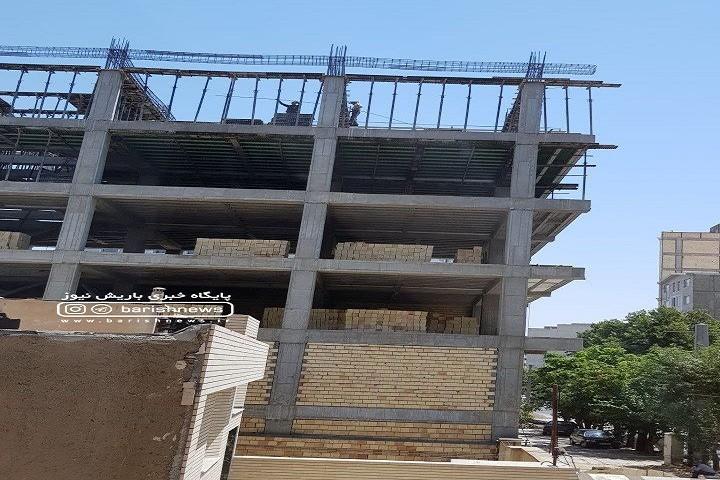 کارگران بدون کلاه ایمنی و حفاظ بالای طبقه ششم