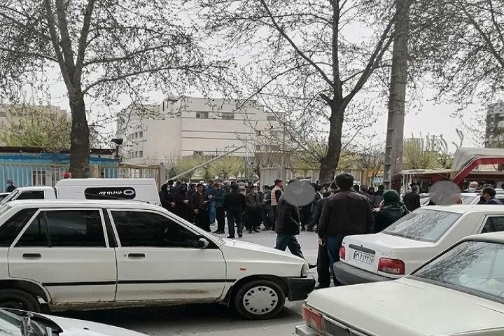 ازدحام مردم در این روز های کرونایی در جلوی بیمارستان امام خمینی ارومیه