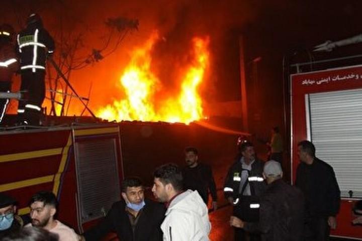 مهارآتش سوزی در بزرگترین بازارچه مهاباد/۴۰ مغازه در آتش سوختند