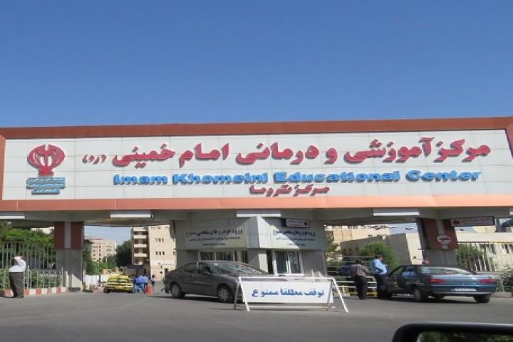 هشدار! تجمع ملاقات کنندگان در بیمارستان امام خمینی ارومیه در روزهای کرونایی