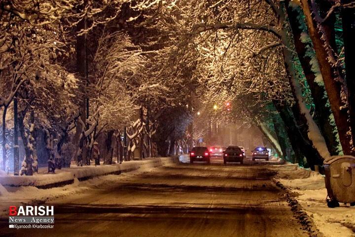 جلوه زیبای شهر ارومیه در یک شب برفی