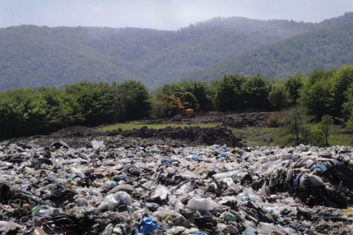 دفن زباله ها در حاشیه شهر سلامت باغات را تهدید می کند