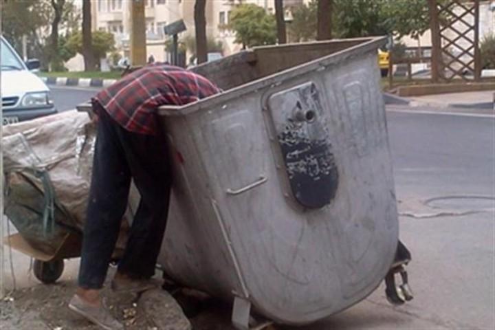 اقشار ضعیف به دنبال لقمه ای نان در سطل های زباله