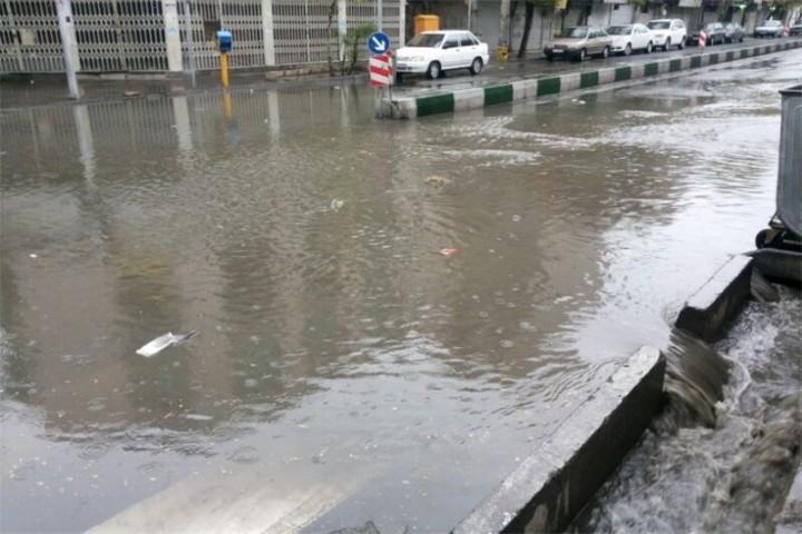 آبگرفتگی معابر شهری با بارش شدید باران در ارومیه
