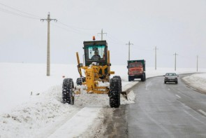 تداوم برف روبی در محورهای مواصلاتی استان