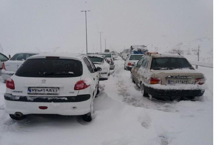 مسدود شدن جاده بستان آباد و گرفتار شدن مسافران در برف
