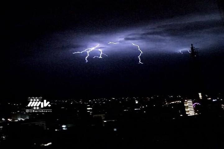 تصویری از رعد و برق در آسمان ارومیه