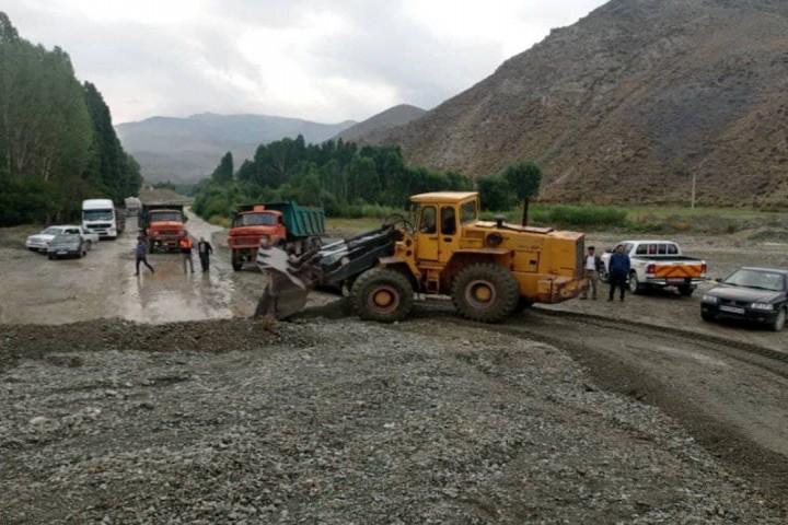 امداد رسانی و رسوب برداری فوری محورهای درگیر سیل استان توسط راهداران اداره کل راهداری و حمل و نقل جاده ای آذربایجان غربی
