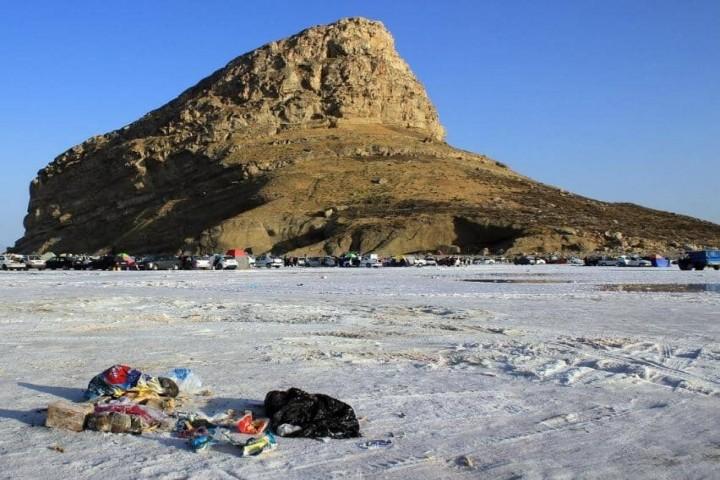انبوه زبالهها در طبیعت، چهره کلانشهر ارومیه را مخدوش کرده است