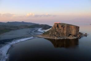 مخبر : طرحهای نیمه تمام احیای دریاچه ارومیه تکمیل شود
